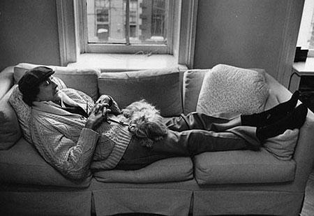 Лёжа на диване