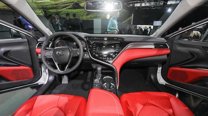 Новая Camry от Toyota. Салон спереди