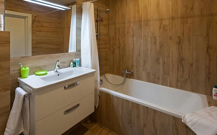 Чем отделать ванную комнату кроме плитки:  дерево