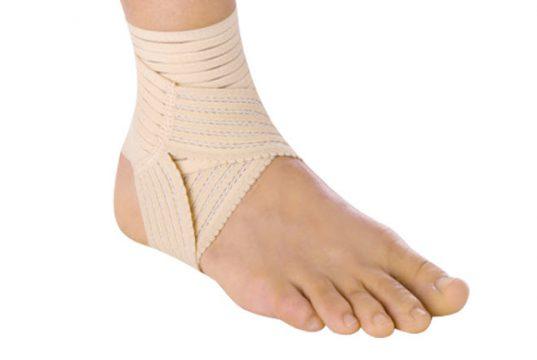 Для чего нужен бандаж на ногу при растяжении голеностопа